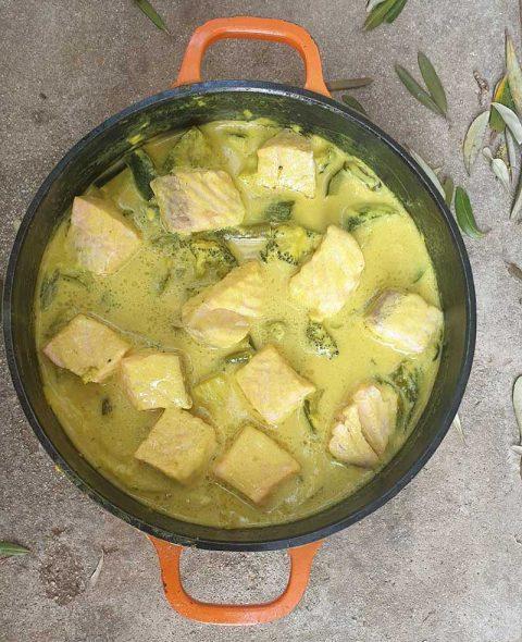 סלמון וירקות בקארי קוקוס צהוב