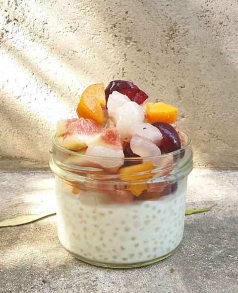 פניני טפיוקה בחלב קוקוס וסלט פירות קיץ